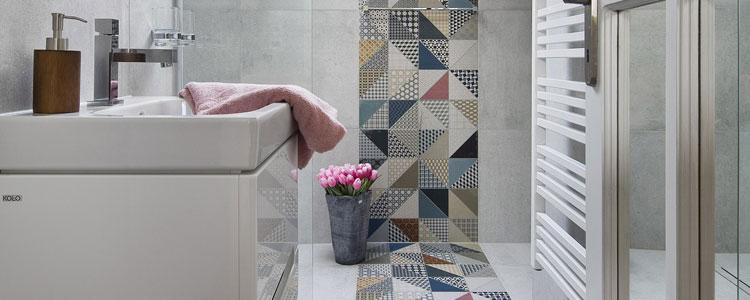 Le carrelage g om trique dans votre salle de bains guide for Carrelage geometrique