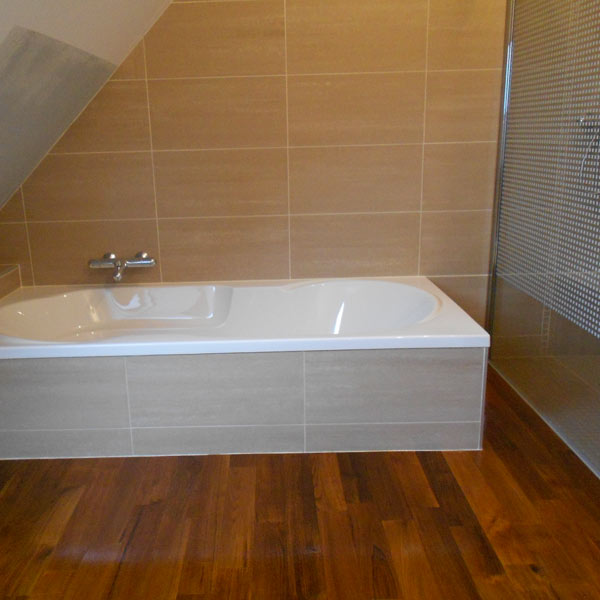 baignoire sous comble finest baignoire sous pente hauteur. Black Bedroom Furniture Sets. Home Design Ideas
